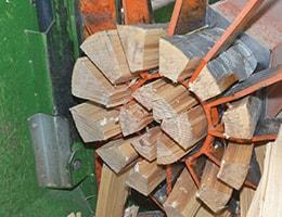 Stamm zu Brennholz spalten